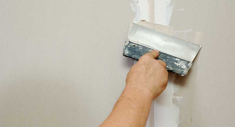 Man putty plasterboard.